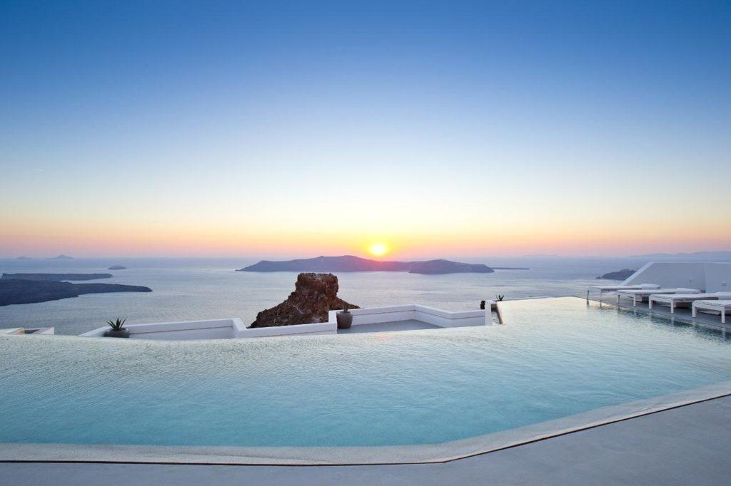 hôtel avec vue sur le coucher de soleil à santorin