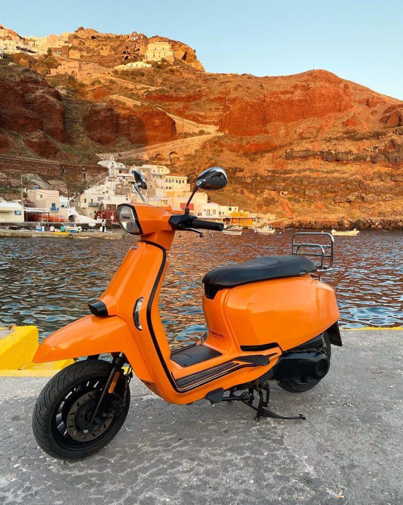 scooter ou voiture à santorin